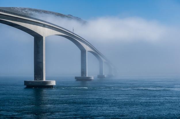 Ponte di gimsoystraumen a nebbia pesante, lofoten, norvegia