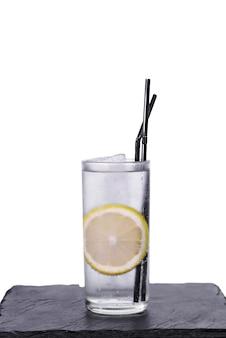 Cocktail di gin tonic isolato su sfondo bianco