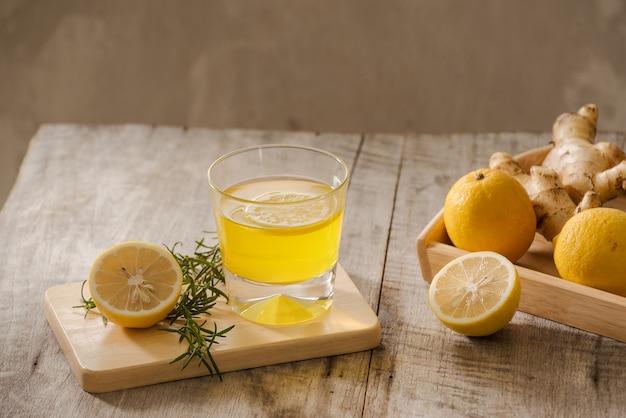 Ginger ale o kombucha in bottle - bevanda probiotica biologica fatta in casa con limone e zenzero, copia spazio.