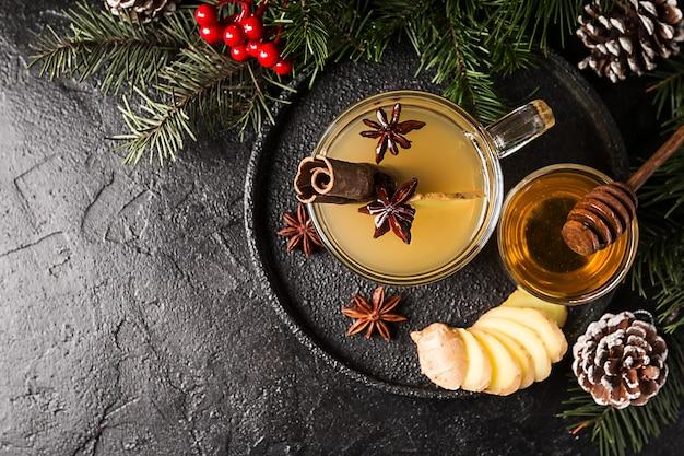 Bevanda allo zenzero in tazza di vetro con decorazioni natalizie