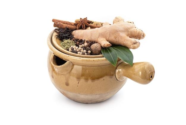 Tè allo zenzero e spezie isolati su bianco.