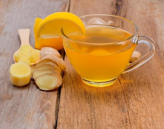Tè allo zenzero sulla tavola di legno
