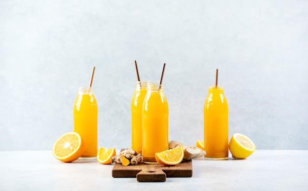 Colpi di curcuma allo zenzero, concetto di bevanda curativa salutare