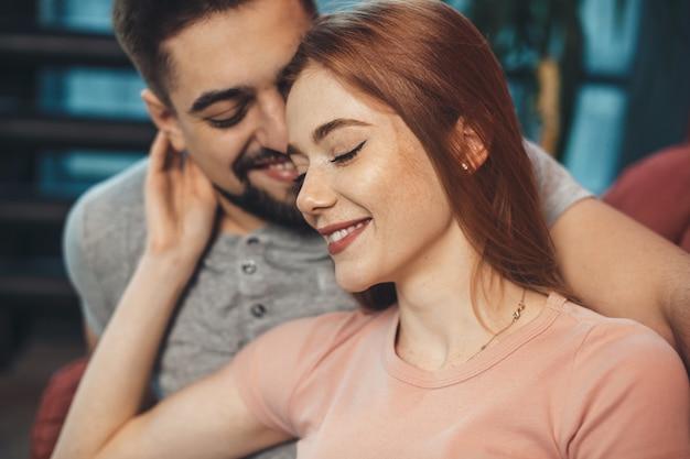Donna allo zenzero con le lentiggini sta abbracciando il suo amante