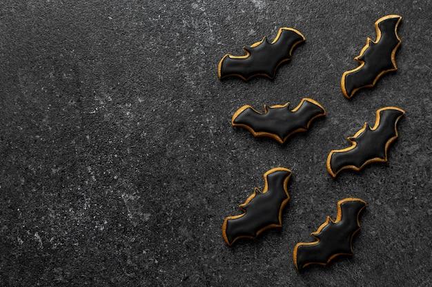 Pipistrello di pan di zenzero halloween sullo spazio della copia del fondo di pietra scura