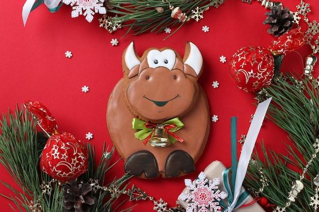 Simbolo del toro di pan di zenzero del nuovo anno 2021 su sfondo rosso,