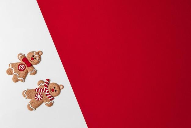 Omino di natale di pan di zenzero su sfondo bianco con red