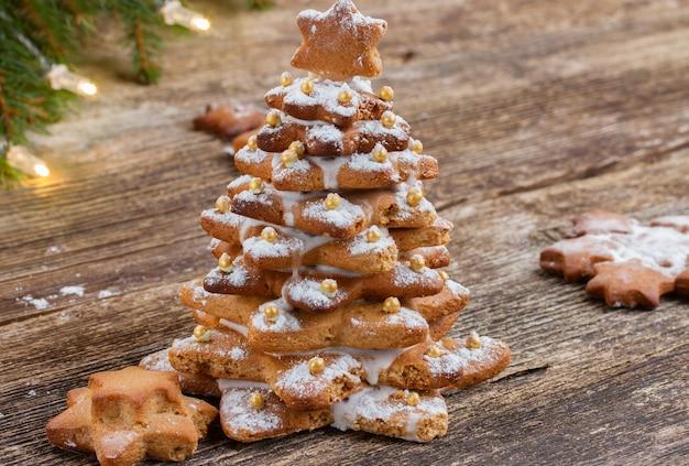 Biscotti dell'albero di natale del pan di zenzero su legno