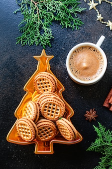 Biscotto di pan di zenzero e caffè sul tavolo