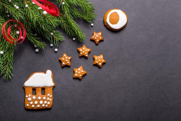 Biscotti del pan di zenzero su fondo nero, concetto di natale