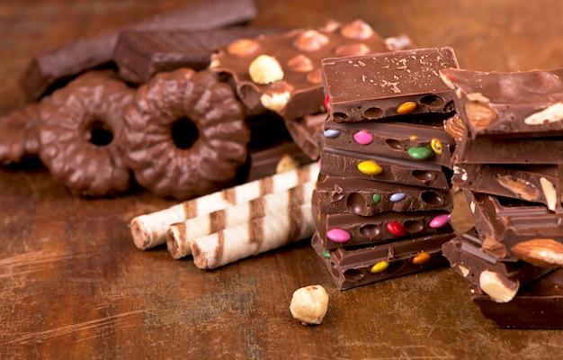 Biscotti di panpepato e cioccolato su una superficie di legno