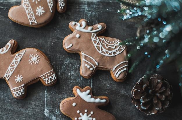 Biscotti di panpepato decorati con glassa reale.