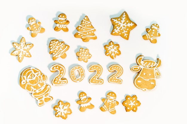 Biscotti di panpepato sotto forma di numeri e decorazioni natalizie isolati su sfondo bianco