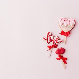 Biscotti di panpepato amore, labbra, gelato al cuore. carta di san valentino. sfondo rosa. foto di alta qualità