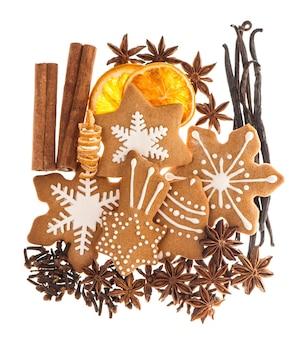 Biscotti di panpepato e spezie. ingredienti alimentari dolci di natale. bastoncini di cannella, anice stellato, vaniglia e chiodi di garofano