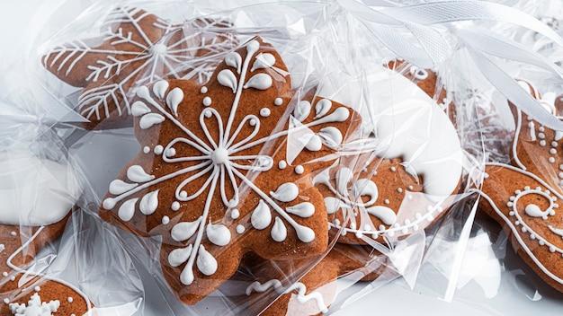 Gingerbread cookies su uno sfondo bianco. foto di alta qualità