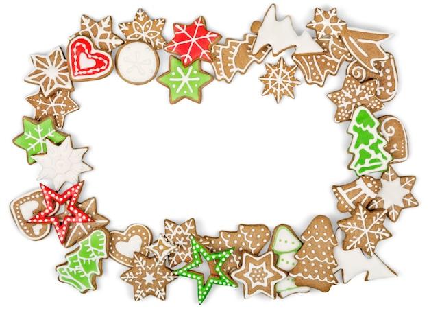 Biscotti di panpepato su sfondo bianco. fiocco di neve, stella, uomo, angelo, forme di caramelle