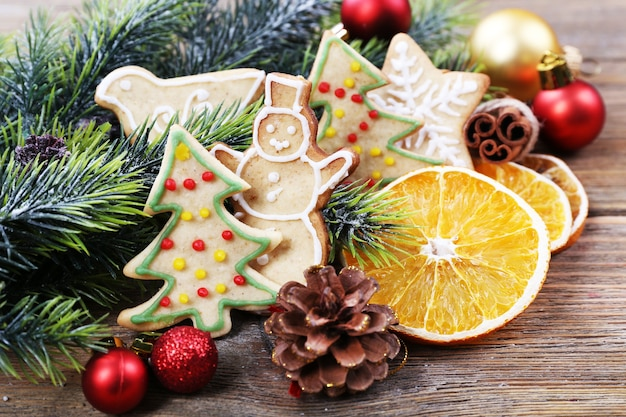 Biscotti di panpepato con decorazioni di natale sulla tavola di legno
