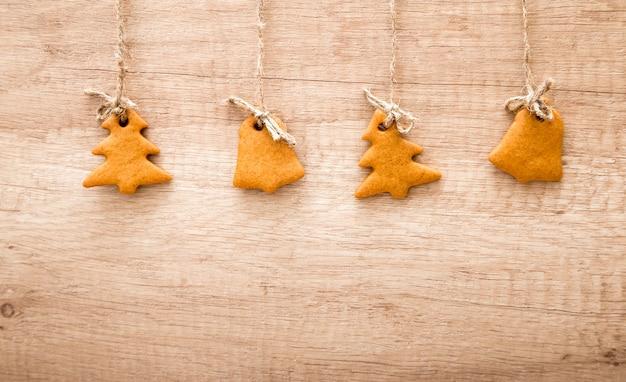Biscotti di panpepato su una superficie di legno. biscotti dell'albero di natale