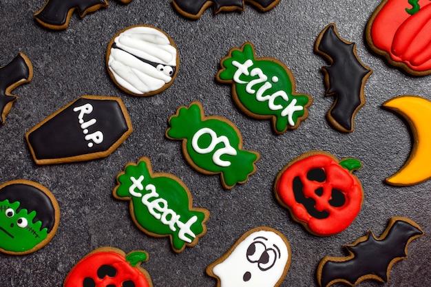 Pan di zenzero di halloween luminoso pan di zenzero su sfondo di pietra scura zucca fantasma zombie dolcetto o scherzetto