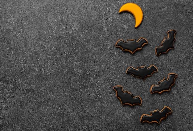 Pan di zenzero halloween su uno spazio di copia di sfondo in pietra scura
