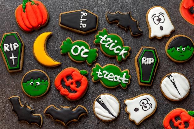 Pan di zenzero di halloween pan di zenzero su sfondo di pietra scura zucca fantasma zombie portafoglio o bara della vita