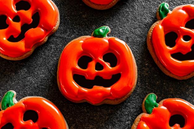 Zucca arancione di halloween di pan di zenzero con caramelle agli occhi ghiacciati