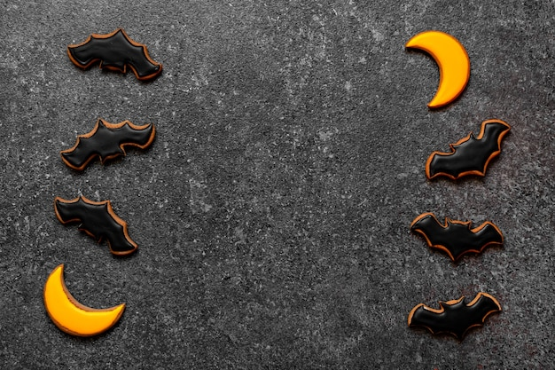 Pipistrello nero della luna gialla di halloween del pan di zenzero sullo spazio della copia della pietra scura del fondo