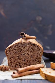 Torta di panpepato e miele con cannella e anice. stile rustico. avvicinamento.