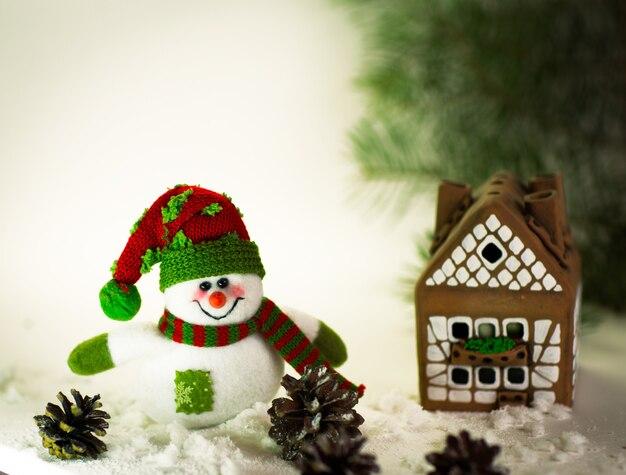 Casa di marzapane oltre il delizioso pupazzo di neve fatto a mano