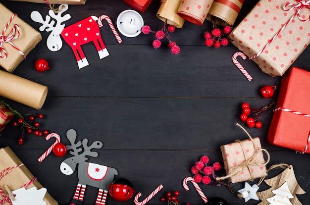 Casa di pan di zenzero molti regali in carta da regalo kraft bokeh su biglietto di auguri vacanze scuro