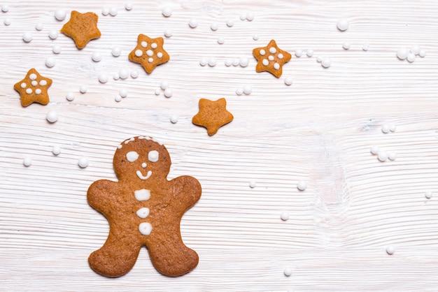 Uomo e stelle di pan di zenzero sulla tavola di legno