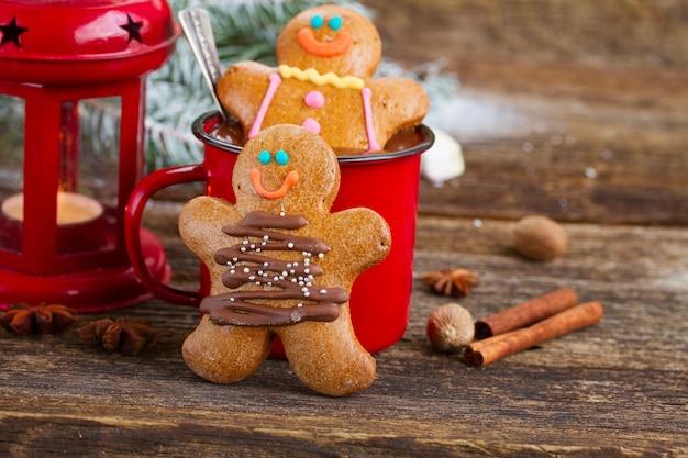 Omini di panpepato con tazza di cioccolata calda