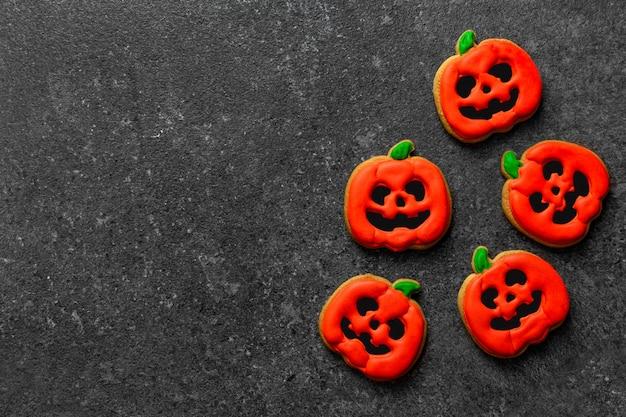 Zucca di panpepato halloween su uno spazio di copia di sfondo pietra scura