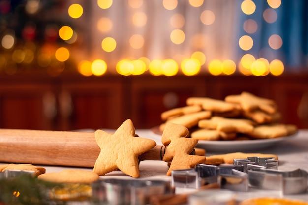 Pan di zenzero a forma di stella e albero di natale sul tavolo