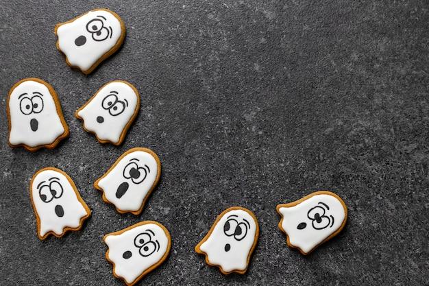 Fantasma bianco di pan di zenzero halloween su sfondo di pietra scura