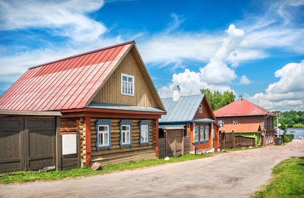 Gingerbread case in legno su nikolskaya street a plyos sotto un cielo blu con nuvole bianche. didascalia: case di marzapane