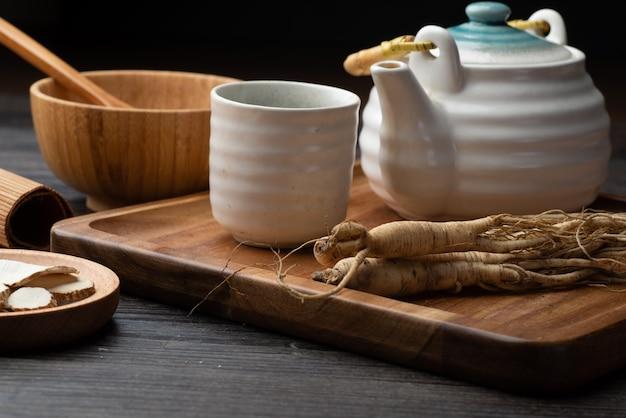 Ginseng, wolfberry e giuggiola sono nel piatto di legno