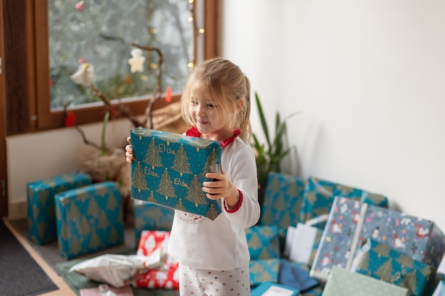 Una bambina di 4 anni è sorpresa da un regalo di natale