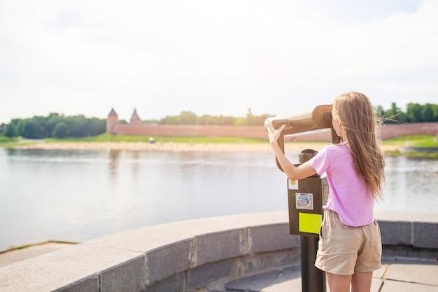 Ragazza ammirando il cremlino di novgorod al fiume volkhov