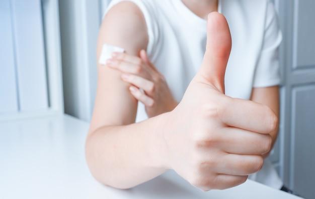La ragazza dopo la vaccinazione mostra un gesto di approvazione con la mano