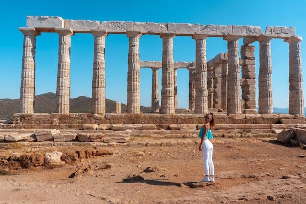 Ragazza presso le antiche rovine greche