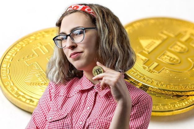 La ragazza sullo sfondo di bitcoin pensando alla domanda l'espressione pensierosa sembra incredula