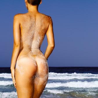 Ragazza bel corpo snello sulla spiaggia. stile di moda sexy