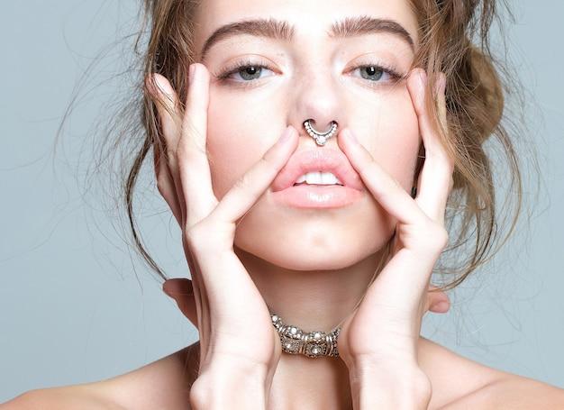 Modello di moda sexy carino giovane ragazza o bella donna con anello al naso di capelli ricci e collana