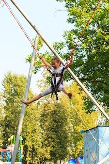 Ragazza bungee jumping nel trampolino che si diverte