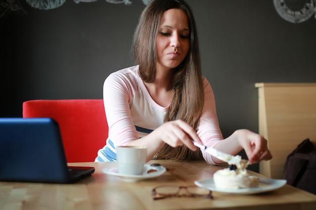 Ragazza in un bar per una tazza di caffè con il taccuino