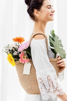Ragazza che porta un bouquet nella sua borsa