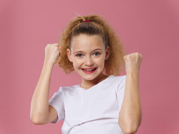 Bambina che celebra la vittoria