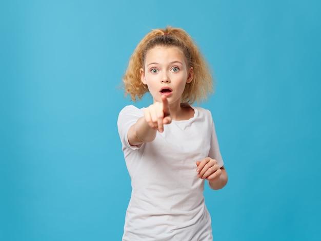 Bambina che punta il dito